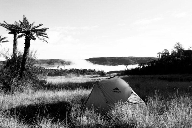 gezeigt wird ein Zelt im Hochland von Papua