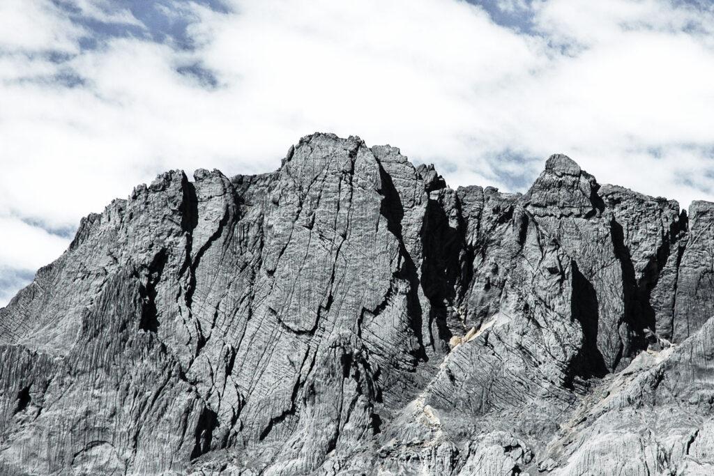 Carstensz pyramide Bergsicht mit Wolken